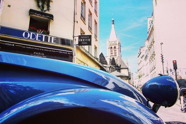 パリの街に溶け込む2CVのフォルム